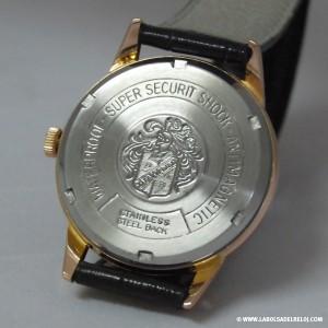 Imagen de la parte posterior de la caja chapada en oro. Tapa de acero con escudo Duward