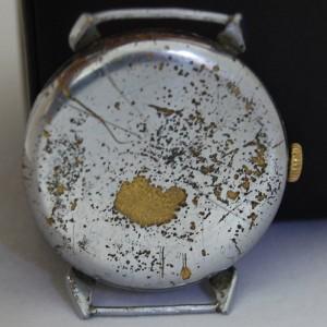 Vista de la parte trasera de la caja del reloj Omega Vintage antesde la restauración