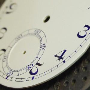 Detalle del segundero y perfilación de los números arábigos en tonalidad azulada.