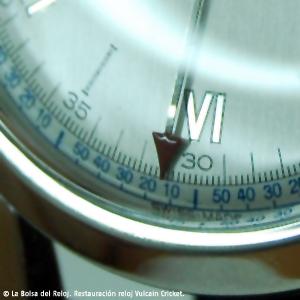 Detalle de la aguja despertador con la punta en rojo para su perfecta legibilidad en contraste con el fondo de la esfera y escala de color azul despertador